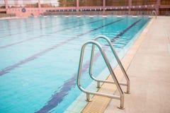 Ladder roestvrije leuningen voor afdaling in zwembad Zwembad met leuning Ladder van een zwembad royalty-vrije stock afbeelding