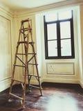 Ladder voor het schilderen in de ruimte stock afbeelding