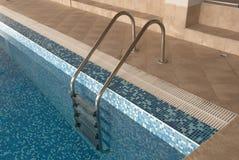 Ladder in zwembad Royalty-vrije Stock Fotografie