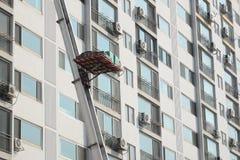 Laddervrachtwagen voor zich het bewegen bij flat stock fotografie