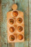 Laddu de Besan avec les graines et l'amande de citrouille dans des tasses de papier Image libre de droits