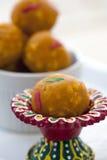 Laddu dulce indio en un plato rojo colorido Foto de archivo libre de regalías