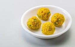 Laddu eller laddooen är boll-formade sötsaker som är populära i den indiska subkontinenten Royaltyfri Foto