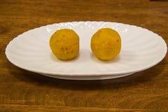 Laddu indien de bonbons servi dans un plat Image libre de droits