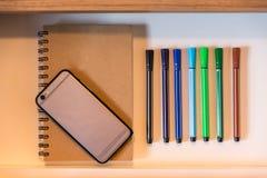 In Lade heeft Kleurenpennen, Schetsboek en Celtelefoon Royalty-vrije Stock Afbeeldingen