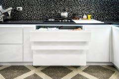 Lade met platen in een moderne keuken royalty-vrije stock foto's
