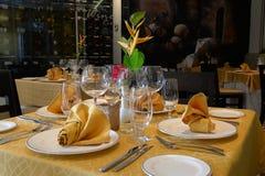Lade tabeller i en restaurang Arkivfoto