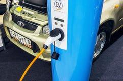 Ladegerät für Elektro-Mobil auf verbundenem Auto 2016 Lizenzfreie Stockbilder