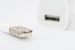 Ladegerät USBs verkabeln weißer Adapter und USB auf weißem Hintergrund Stockfoto