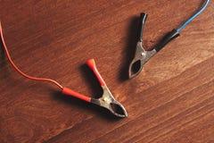 Ladegerätbatterieclip Schließen Sie oben die roten und schwarzen Clip getont Ladegerät stockfotos