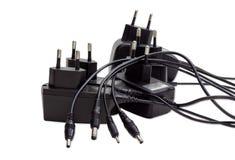 Ladegeräte für verschiedene Geräte auf einem hellen Hintergrund Stockbild
