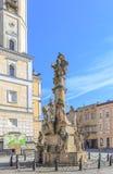 LADEK ZDROJ, ПОЛЬША - МАРТ 2015: Памятник святой троицы от 1742 Майкл Klahr на старой городской площади перед городком hal Стоковое Фото