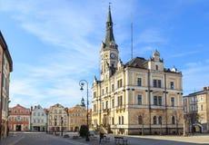 Ladek Zdroj, gammal stadmarknad med stadshuset och hyreshusar Royaltyfria Bilder