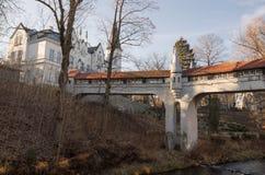 Ladek Zdroj - puente cubierto sobre el río en parque de la ciudad Fotografía de archivo
