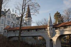 Ladek Zdroj - puente cubierto sobre el río en parque de la ciudad Imágenes de archivo libres de regalías