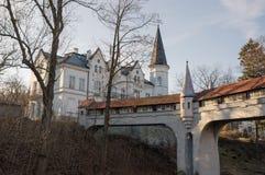 Ladek Zdroj - puente cubierto sobre el río en parque de la ciudad Imagen de archivo libre de regalías