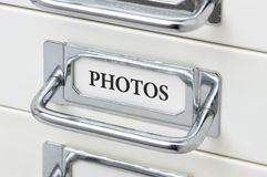 Ladekabinet met de etiketfoto's Stock Foto