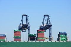 Ladekräne mit Behältern auf Boot Stockbild