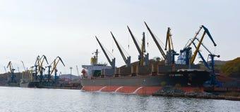 Laden der Kohle auf Schiff im Hafen von Nachodka Primorsky Krai Ost (Japan-) Meer 20 10 2012 Lizenzfreie Stockfotos