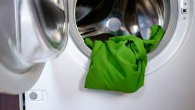 Laden der Waschmaschine stockbild