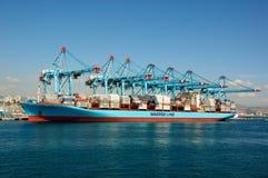 Laden des Containerschiffs stockbild
