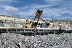 Laden des Eisenerzes im Zug Lizenzfreies Stockfoto