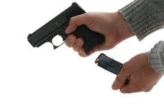 Laden einer Pistole Stockfotografie