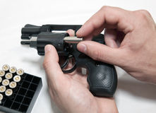 Laden eines Revolvers Stockbild