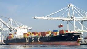 Laden Frachtschiff MSC-amerikanischen Nationalstandards am Hafen von Oakland Lizenzfreie Stockfotografie