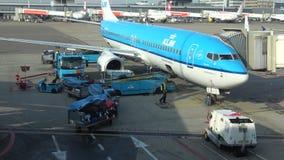 Laden-Gepäck in ein Passagierflugzeug von KLM an Schiphol-Flughafen amsterdam stock video footage