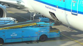 Laden-Gepäck im Flugzeug Schiphol-Flughafen, Amsterdam stock video footage