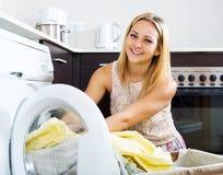 Laden kleidet in Waschmaschine Lizenzfreie Stockfotografie