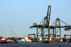 Ladenbehälter am Hafen, Seetransport stockfotografie