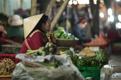 Ladenbesitzer in den Abendmärkten neben Weise in Dalat Stockfotografie