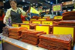 Ladenbesitzer verkauft Zusammenstellung des chinesischen konservierten Fleisches in Macao Lizenzfreies Stockbild