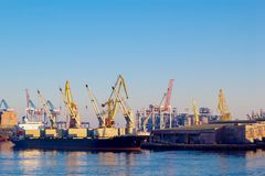 Ladende Fracht Craine-Schiffs von einem größeren Schiff in Leith Docks stockfotos