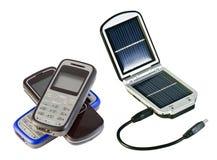 Ladende zonnebatterijen en mobiele telefoon royalty-vrije stock afbeeldingen