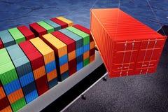 Ladender orange Behälter auf Fracht versenden im Hafen Lizenzfreie Stockfotos