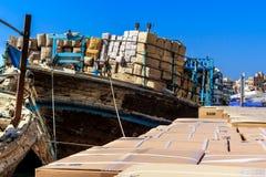 Ladendes altes hölzernes barges herein den Hafen von Deira Stockbild