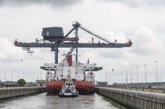 Ladendes Schiff in den Verschlüssen des Nordsee-Kanals stockfoto