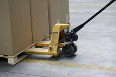 Ladeplatten-LKW mit Kartonkästen Stockfoto