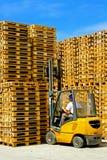 Ladeplattengabelstapler stockfoto