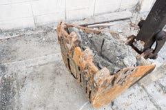 Lader eines Baggers (Löffelbagger) mit vollem Lehm für das Ausbaggern Stockfotografie