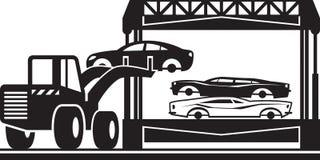 Lader füllt Autozerkleinerungsmaschine für Schrott lizenzfreie abbildung