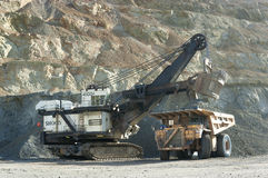 Lader und Strecken-LKW am Tagebau Stockfotos