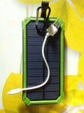 Lader Zonne op groene achtergrond met wit USB-koord stock afbeeldingen