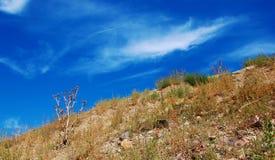 Ladera seca y cielo interesante foto de archivo