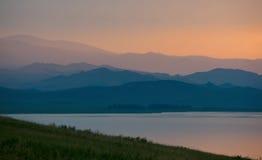 Laderas de la tarde y el lago Fotografía de archivo libre de regalías