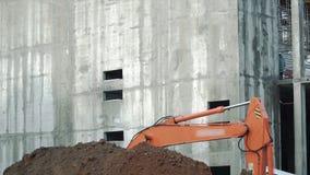 Laderlöffelbagger, Bagger, der einen Graben gräbt clip Arbeit der Ausgrabungsmaschine auf Hochbaustandort exkavator stockbild