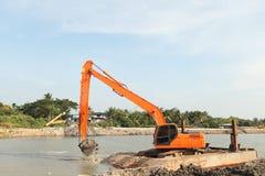 Laders die in het midden van de rivier werken. Royalty-vrije Stock Foto's
